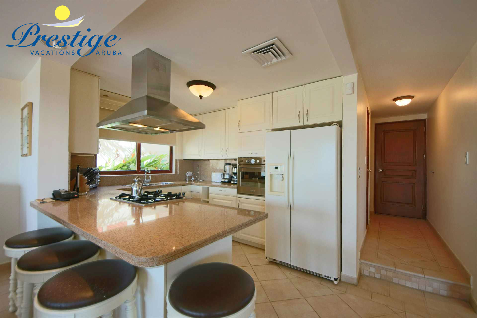 The fully equipped open kitchen with 4-bar seats