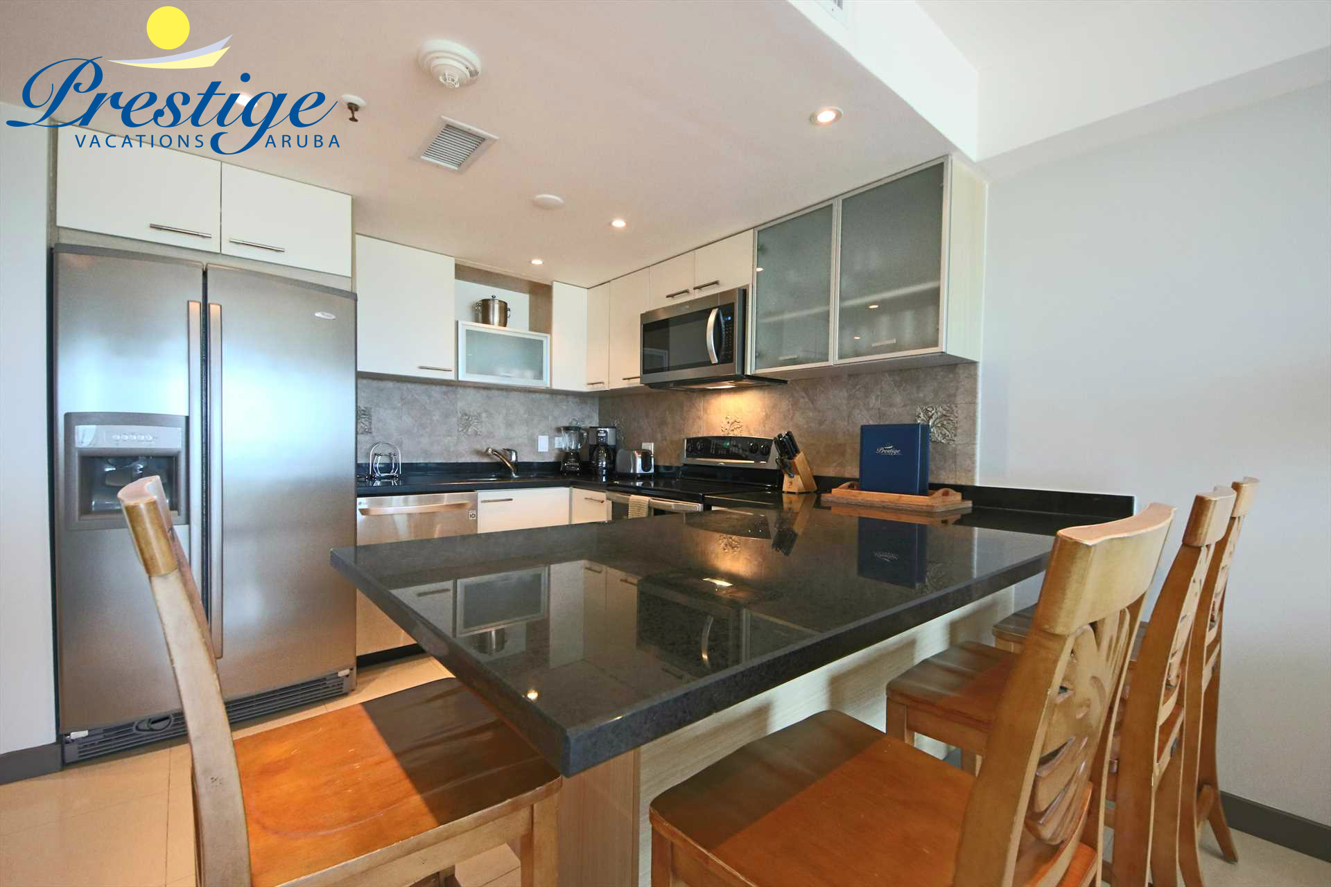 Fully equipped kitchen with 4-bar seats