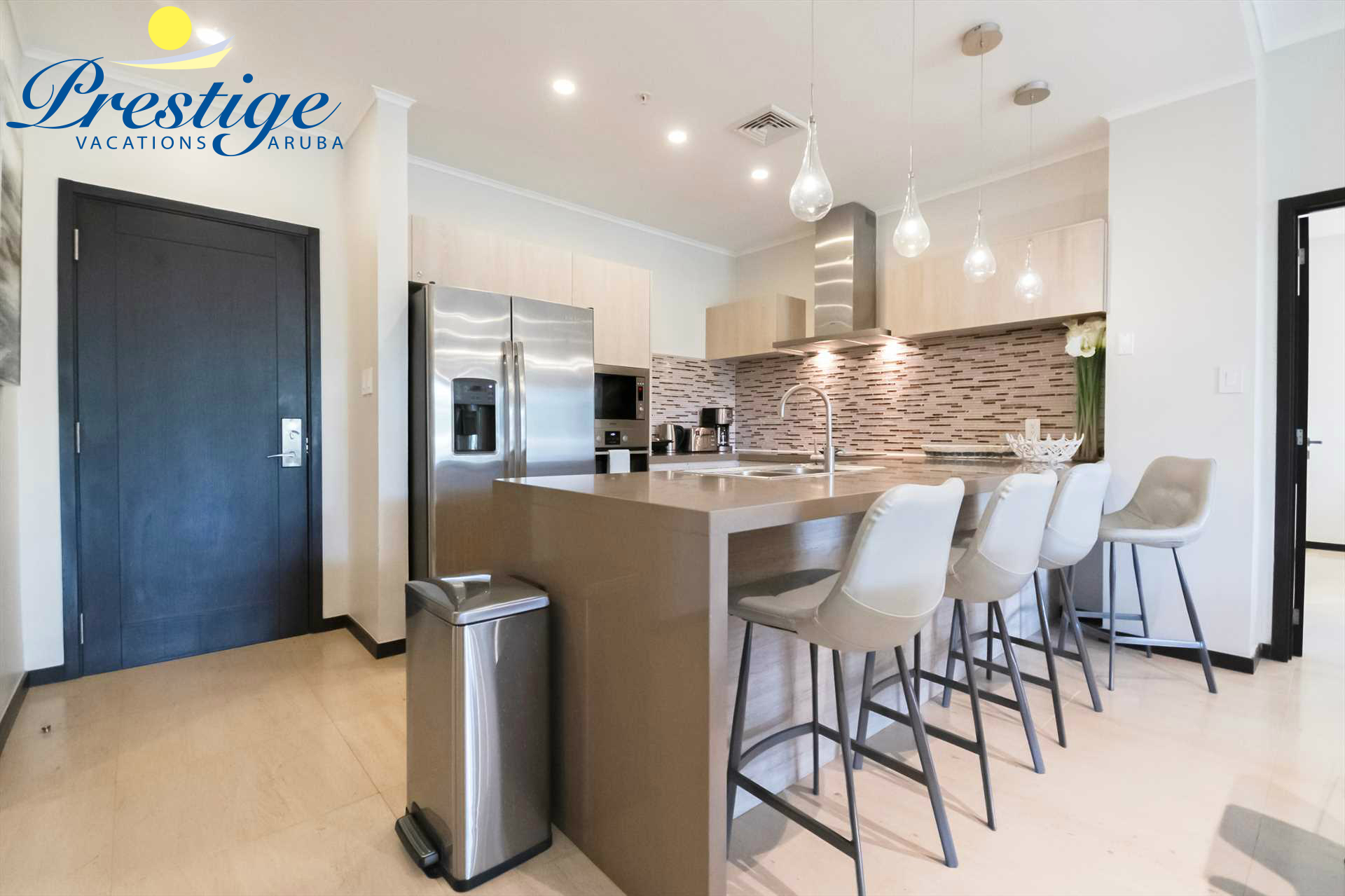 Fully equipped kitchen with 4-bar stools